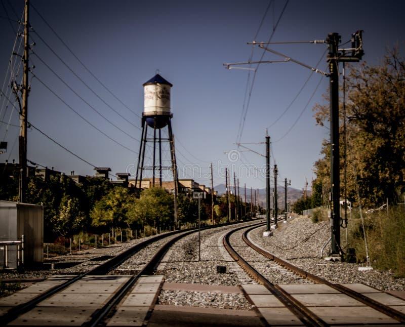 Van het arvadawater van de Oldestad de toren en de treinsporen stock afbeeldingen