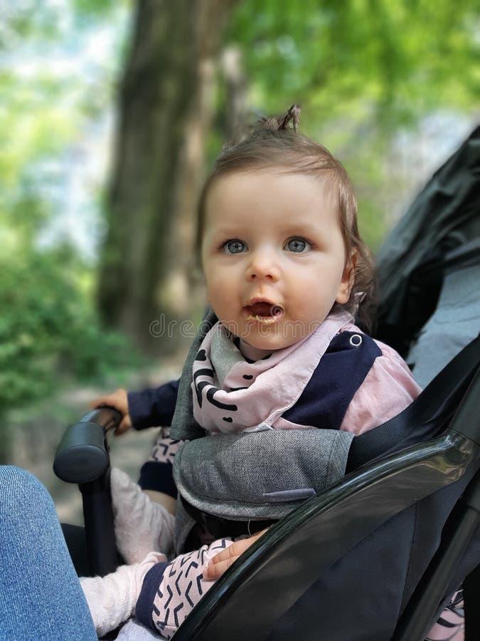 9 van het babymaanden oud meisje in park het eten royalty-vrije stock foto's