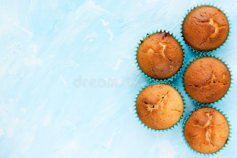Van het bakselvoedsel blauwe kleur als achtergrond met traditionele muffins royalty-vrije stock afbeeldingen
