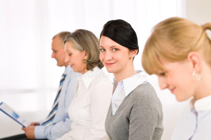 Van het bedrijfs gesprek mensen het jonge vrouw glimlachen royalty-vrije stock afbeelding