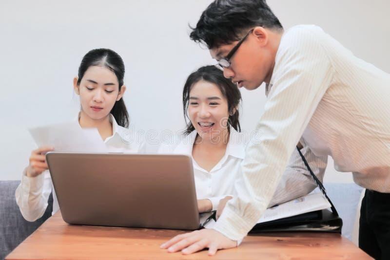 Van het bedrijfs groepswerk concept Groep Aziatische mensen die met laptop in modern bureau samenwerken Selectieve nadruk en ondi royalty-vrije stock foto