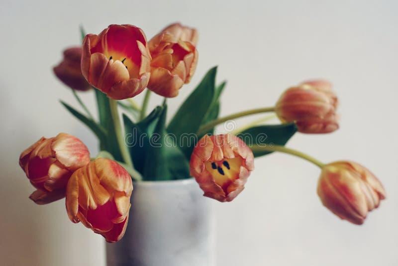 van het close-up lichte tulpen van het bloemenboeket witte vaas als achtergrond royalty-vrije stock afbeelding