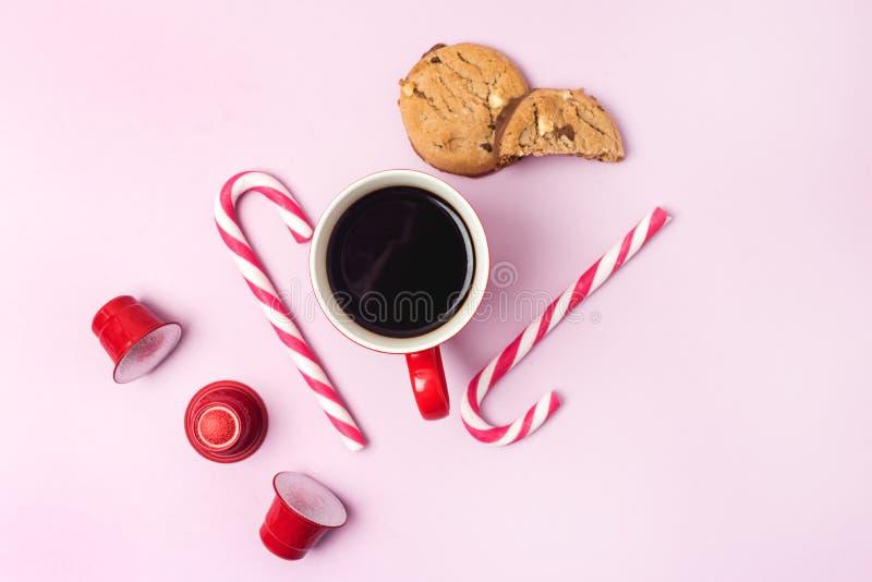 Van het de Achtergrond capsulessuikergoed van Cofffee van de koffiekop lag de Rode het Achtergrond riet Roze van Koekjeskerstmis  royalty-vrije stock afbeeldingen
