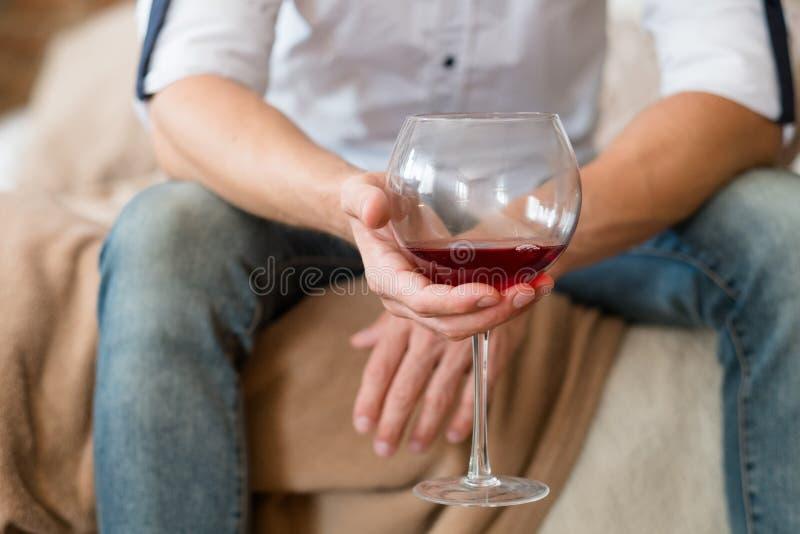 Van het de alcoholmisbruik van de probleemdepressie het huis van de de mensenwijn royalty-vrije stock foto's
