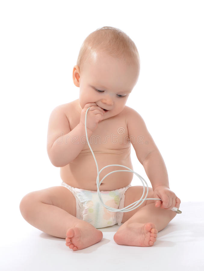 Van het de babymeisje van het zuigelingskind de zitting en de greep in de lader c van de handenmacht royalty-vrije stock afbeelding