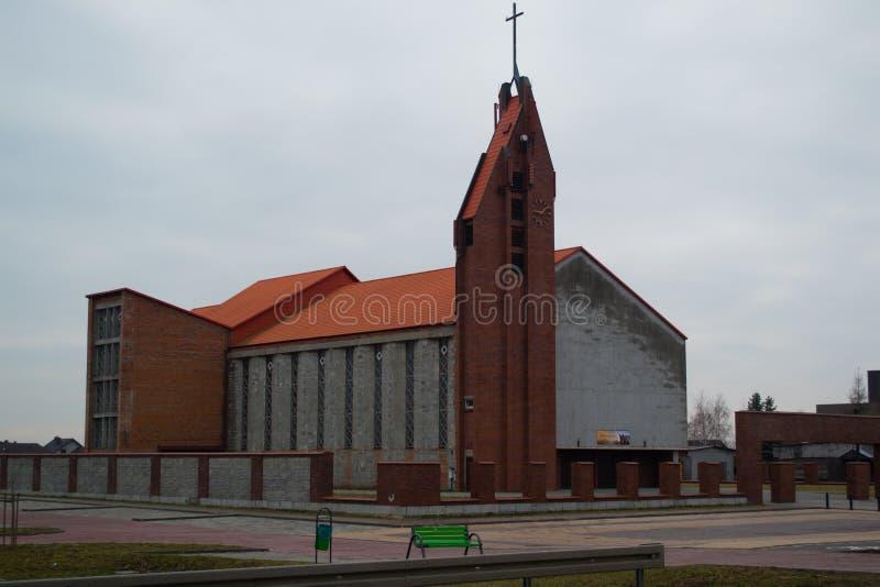 Van het de bakstenen het oranje dak van de kerkwoningbouw dwarsvierkant stock foto's