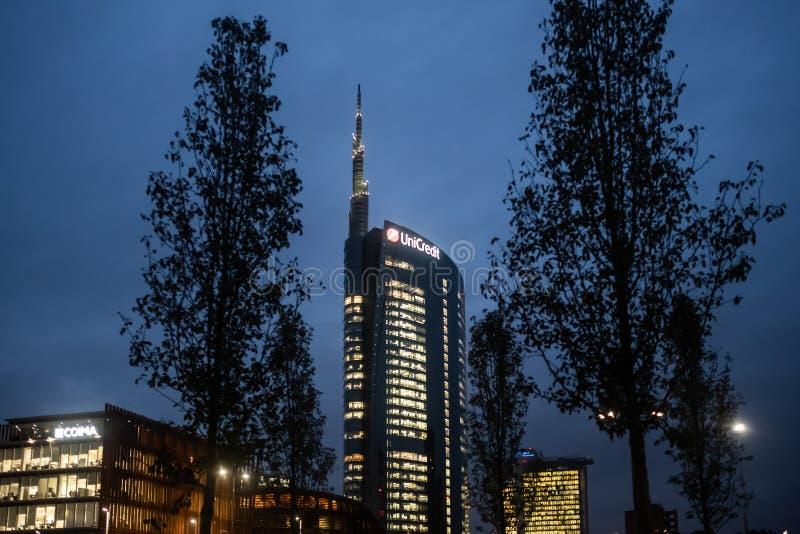 Van het de bankhoofdkwartier van de Unicredittoren de het bureaubouw bij nacht met verlichte vensters in Porta Nuova, Milaan, Ita royalty-vrije stock afbeeldingen