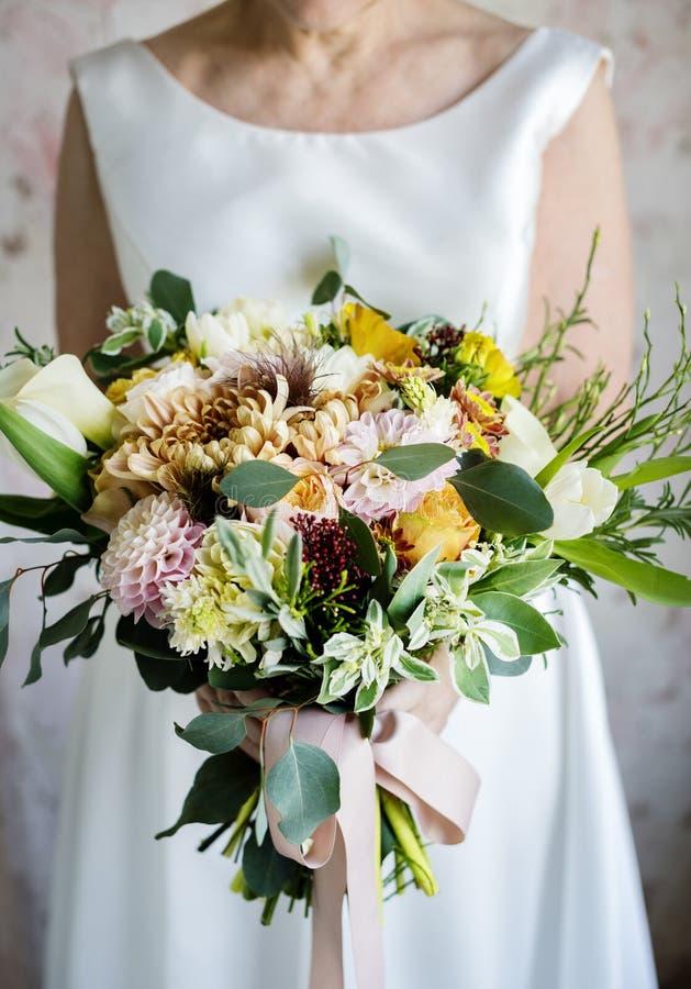Van het de Bloemboeket van de bruidholding de Ceremonie van de het Huwelijksovereenkomst stock foto's