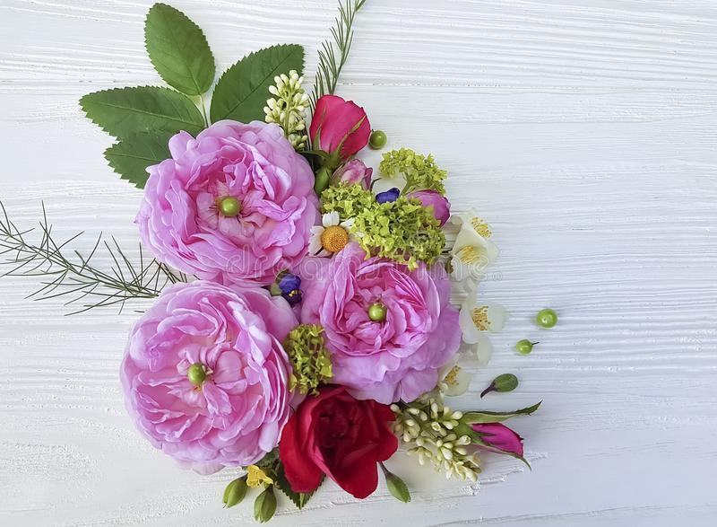 Van het de bloesemontwerp van de rozenkamille het boeketbruid wildflower op witte houten achtergrond stock fotografie