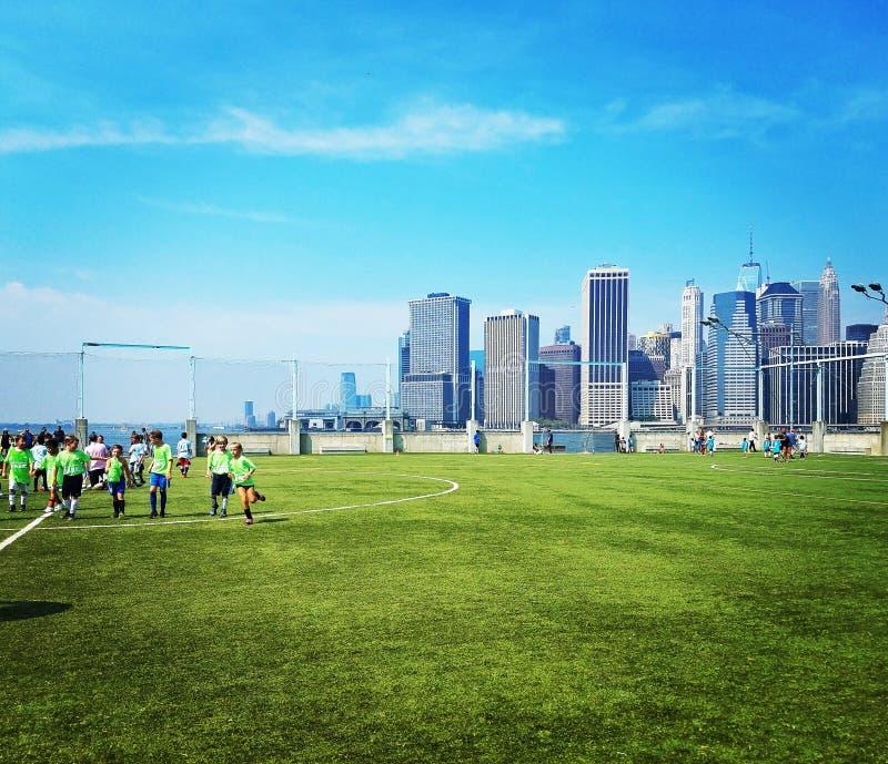 Van het de Brugpark van Brooklyn het voetbalgebied stock fotografie