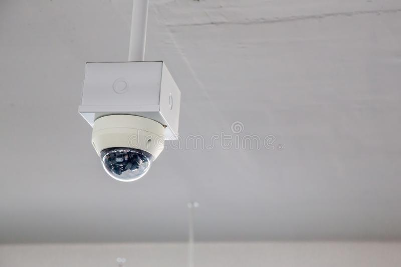Van het de cameratoezicht van veiligheidskabeltelevisie het systeemparkeerterrein van huis of warenhuis Een vage achtergrond van  stock fotografie