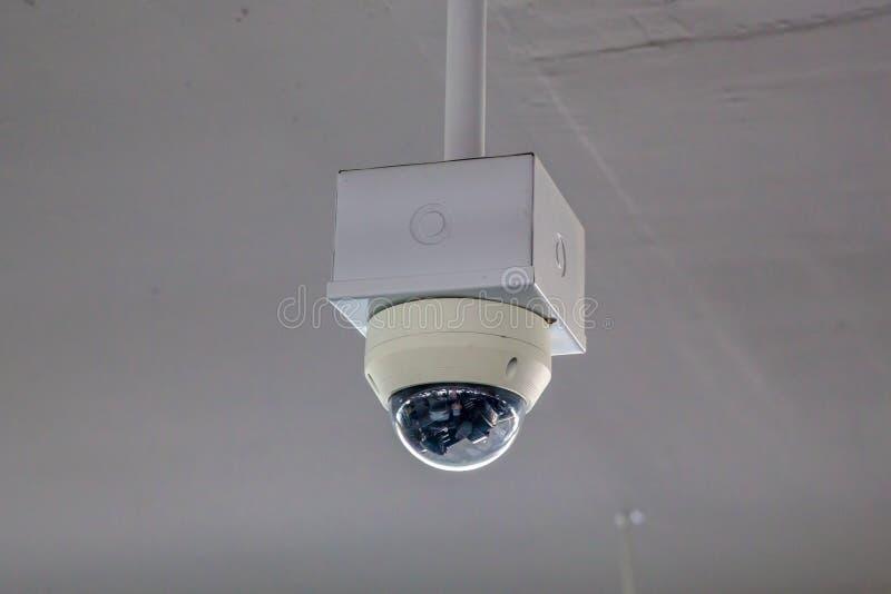 Van het de cameratoezicht van veiligheidskabeltelevisie het systeemparkeerterrein van huis of warenhuis Een vage achtergrond van  stock afbeelding