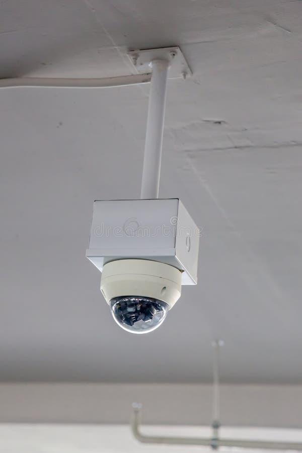 Van het de cameratoezicht van veiligheidskabeltelevisie het systeemparkeerterrein van huis of warenhuis Een vage achtergrond van  royalty-vrije stock afbeeldingen