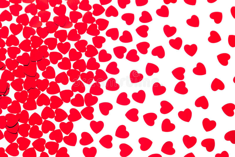 Van het de dag decoratieve patroon van Valentine ` s rode die de hartenconfettien op witte achtergrond worden geïsoleerd stock foto