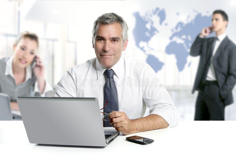 Van het de deskundigheidsgroepswerk van de zakenman hogere de wereldkaart royalty-vrije stock foto