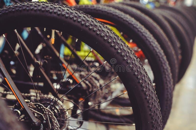 Van het de fietswiel van de bandenberg het uiteindetribune op een rij Een deel van de bergfiets is een band in dichte waaier royalty-vrije stock foto's