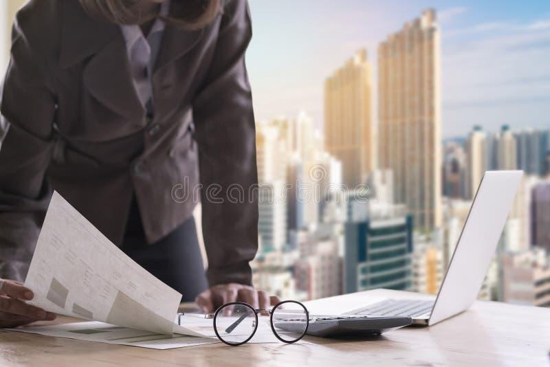 Van het de holdingsdocument van de bedrijfsvrouwen het bevindende hand finacial rapport wo stock foto