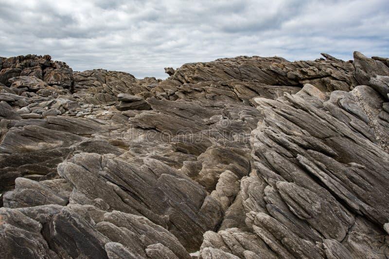 Van het de kangoeroeeiland van de Vivonnebaai het landschaps vulkanische rotsen op het overzees stock fotografie