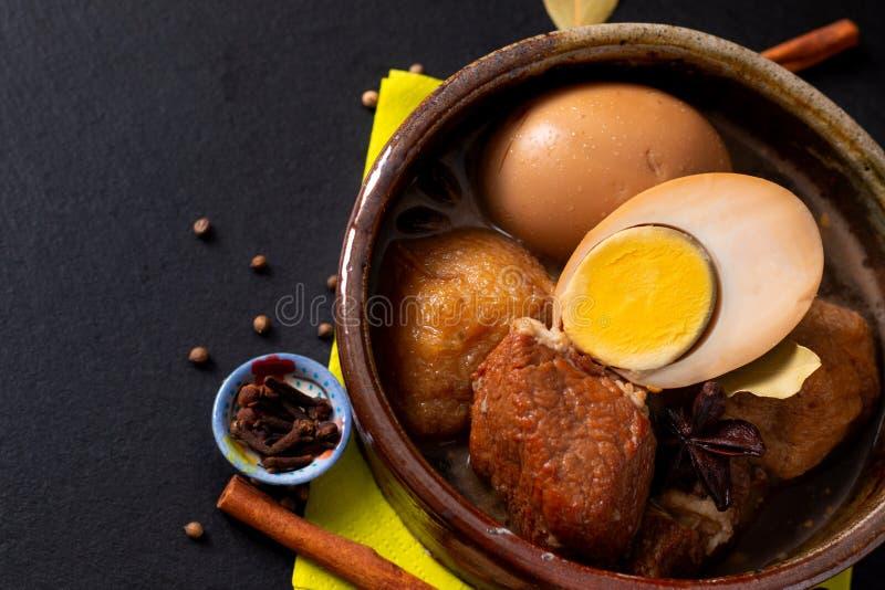 Van het de keukenvarkensvlees van het voedselconcept schepen het de Thaise Buik en Ei met vijf kruid Geurig Stew Moo Palo op zwar royalty-vrije stock foto