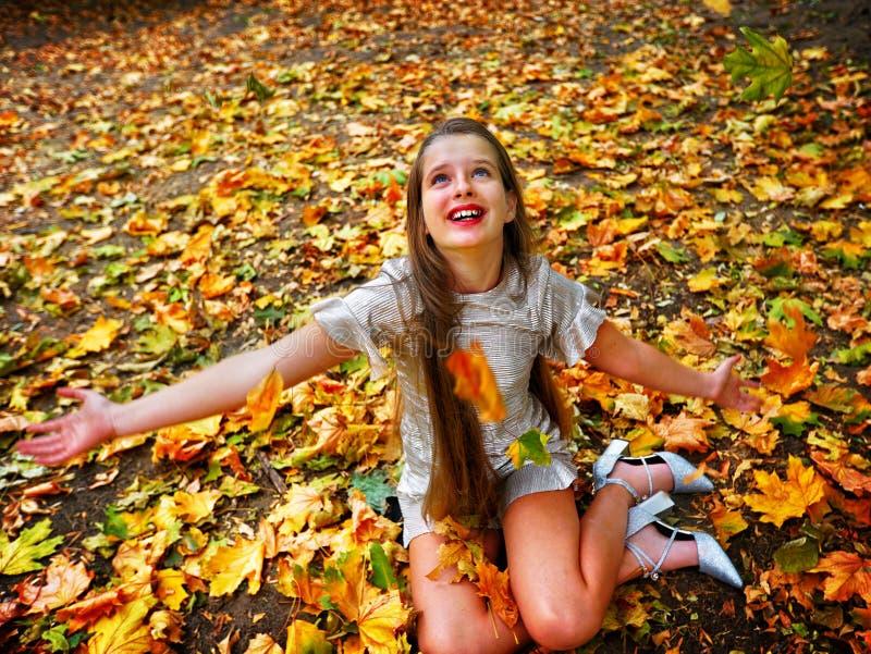 Van het de kledingskind van de de herfstmanier van de het meisjeszitting de de dalingsbladeren parkeren openlucht royalty-vrije stock foto's