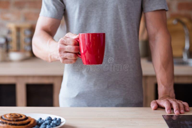 Van het de koffie de slechte ontbijt van de ochtendthee van de de gewoontemens rode mok royalty-vrije stock foto