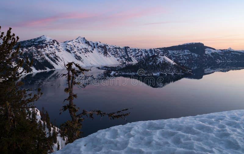 Van het de Kratermeer van de winterlanscape van het de Tovenaarseiland de Berg van Llao royalty-vrije stock fotografie
