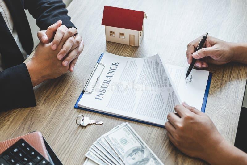 Van het de makelaarsbereik van de landgoedagent het contractvorm aan cli?nt die onroerende goederen overeenkomstencontract met go royalty-vrije stock foto