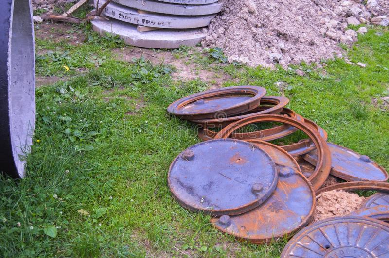 Van het de mangatenmetaal van de ijzerbouw de roestige ronde bij een bouwwerf stock fotografie