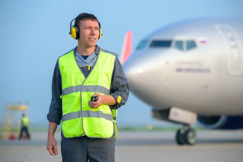 Van het de mensen mannelijk onderhoud van de luchthavenarbeider de vliegtuigenvliegtuig stock fotografie
