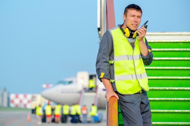 Van het de mensen mannelijk onderhoud van de luchthavenarbeider de vliegtuigenvliegtuig royalty-vrije stock foto