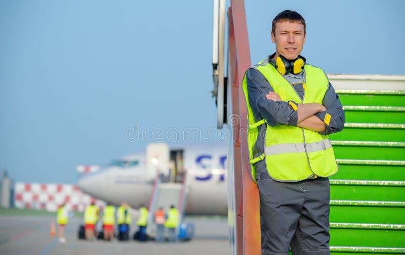 Van het de mensen mannelijk onderhoud van de luchthavenarbeider de vliegtuigenvliegtuig royalty-vrije stock foto's