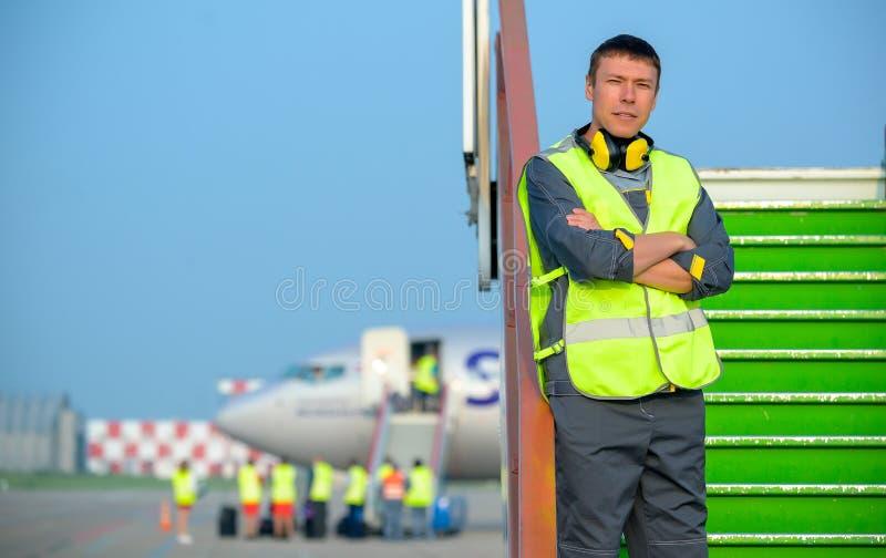 Van het de mensen mannelijk onderhoud van de luchthavenarbeider de vliegtuigenvliegtuig royalty-vrije stock afbeeldingen