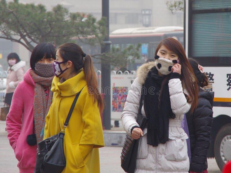 Van het de nevel nog oriëntatiepunt van China xian de torenweefgetouwen (burgers en toeristenreis in maskers om gezondheid te besc royalty-vrije stock foto