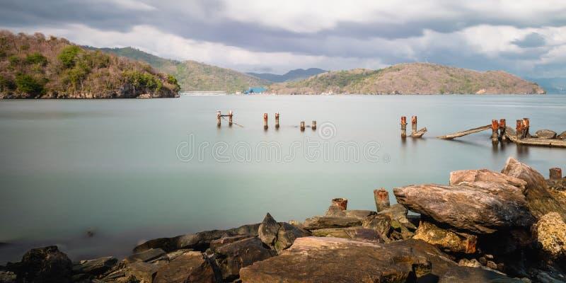 Van het de pijlerpier geruïneerde zeegezicht van het Chacachacareeiland oude de aardschoonheid Trinidad en Tobago stock fotografie