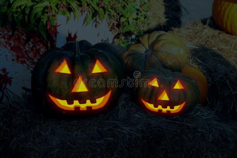 Van het de pompoenpaar van de lantaarnhefboom grote kleine ontzagwekkende de glimlach traditionele decoratie Halloween stock afbeeldingen
