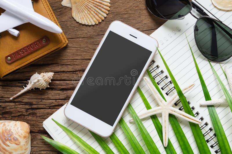 Van het de reisplan van de zomervakantie van het achtergrond smartphonemodel concept Vlak leg mobiele telefoonspot op malplaatje  stock foto
