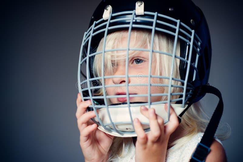 Van het de slijtagehockey van het meisjes leuke kind de helm dichte omhooggaand Veiligheid en bescherming Beschermend net op gezi stock afbeeldingen