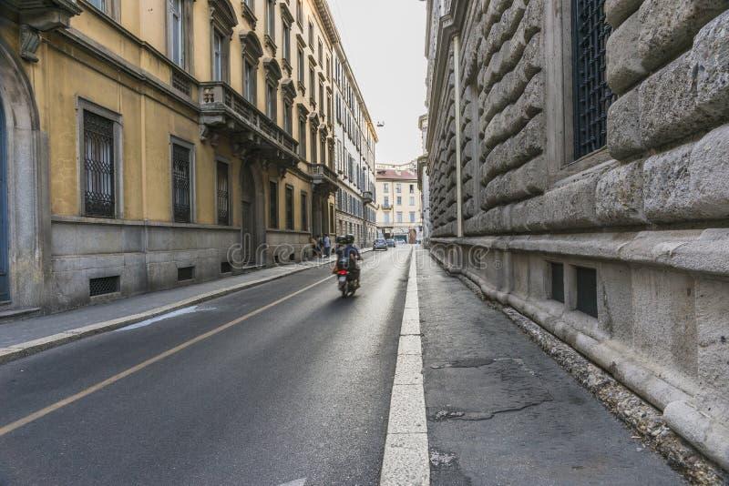 Van het de stadscentrum van Milaan de straatmening stock afbeeldingen
