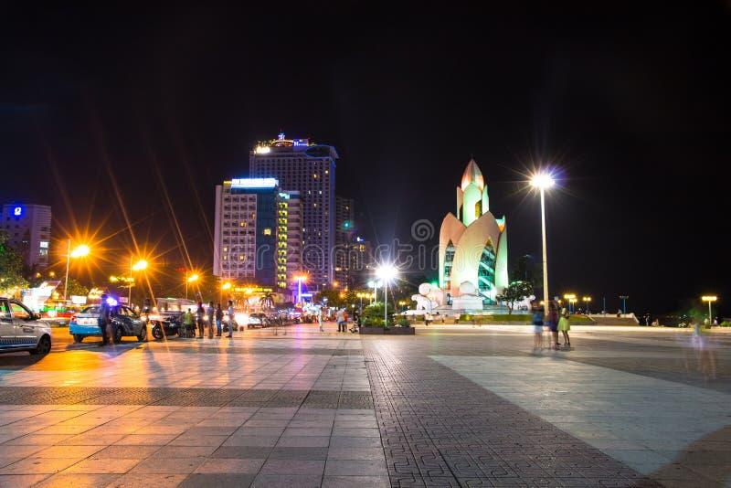 Van het de stadscentrum van Nhatrang stedelijke de horizonmening bij nacht in Zuid-Vietnam royalty-vrije stock afbeeldingen