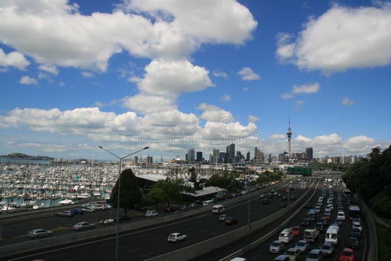Van het de stadslandschap van Auckland de boten en het verkeer stock foto