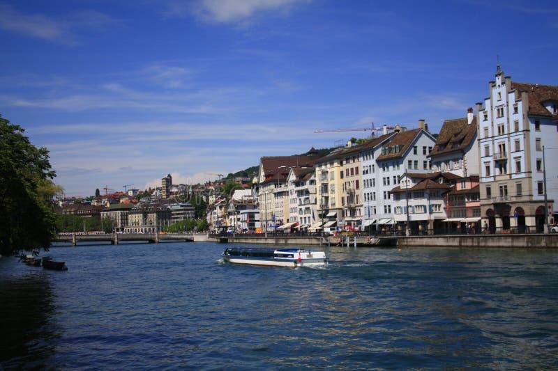 Van het de stadswater van Zürich het vooraanzicht met zwemmende boten stock afbeeldingen
