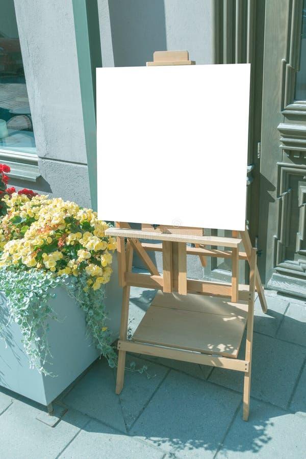 Van het de tribune leeg menu van het uithangbordkader de winkelrestaurant in openlucht stock fotografie