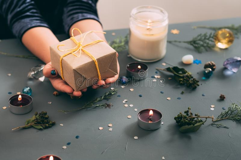 Van het de vakantiedecor van de Kerstmisgeest de doos van de de handgift stock afbeeldingen