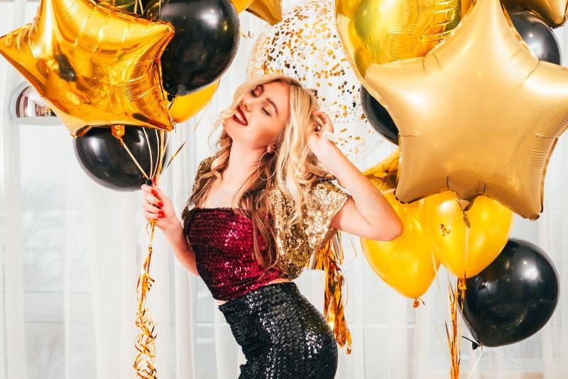 Van het de vieringsblonde van de verjaardagspartij het meisjesballons royalty-vrije stock afbeelding