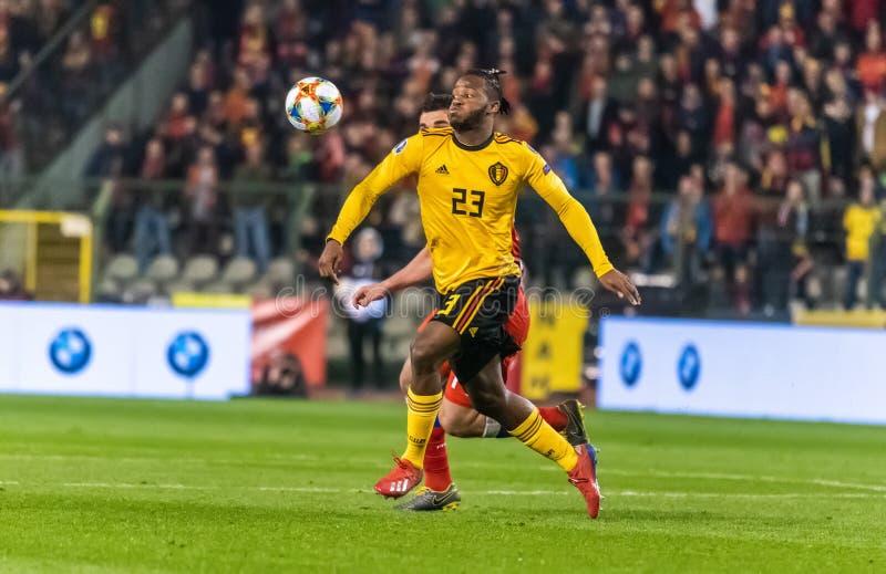 Van het de voetbalteam van België de nationale striker Michy Batshuayi tegen de verdediger Georgi Dzhikiya van Rusland royalty-vrije stock afbeeldingen