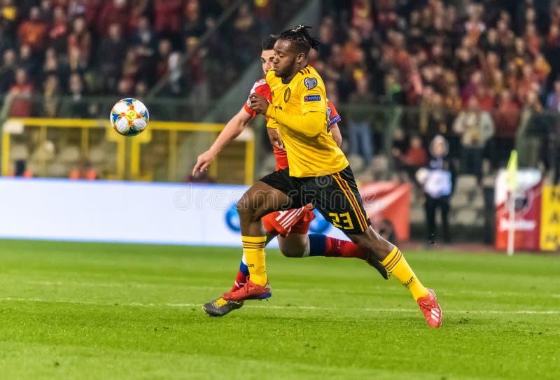 Van het de voetbalteam van België de nationale striker Michy Batshuayi tegen de verdediger Georgi Dzhikiya van Rusland stock afbeeldingen