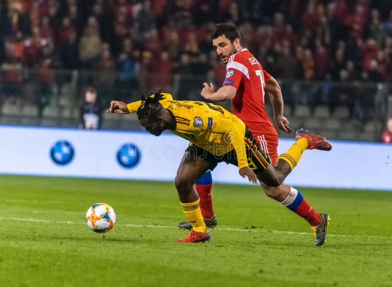 Van het de voetbalteam van België de nationale striker Michy Batshuayi tegen de verdediger Georgi Dzhikiya van Rusland royalty-vrije stock fotografie