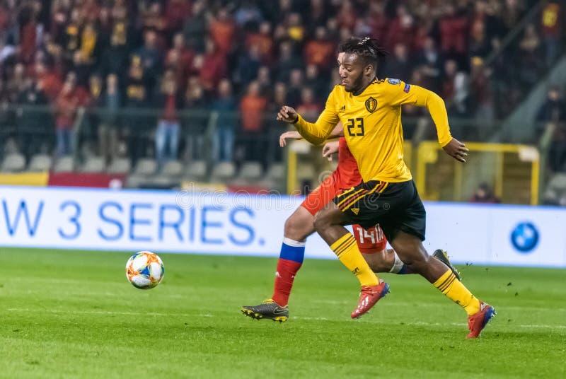 Van het de voetbalteam van België de nationale striker Michy Batshuayi tegen de verdediger Georgi Dzhikiya van Rusland royalty-vrije stock foto's
