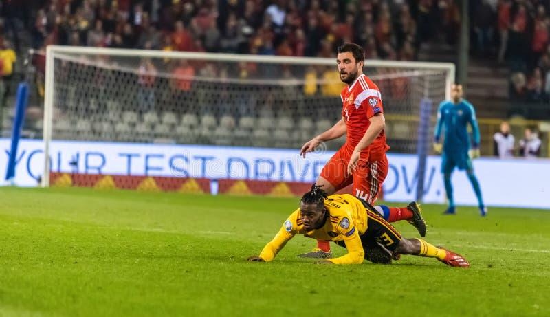Van het de voetbalteam van België de nationale striker Michy Batshuayi tegen de verdediger Georgi Dzhikiya van Rusland royalty-vrije stock afbeelding