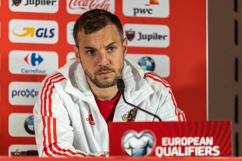 Van het de voetbalteam van Rusland de nationale striker Artem Dzyuba bij een persconferentie voor UEFA-de kwalificatiegelijke Bel royalty-vrije stock foto's